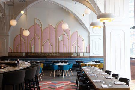 Diseño de interiores y decoración de un restaurante Modern Glam con vocación Art Decó.