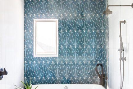 Reforma y diseño de un baño en azul.