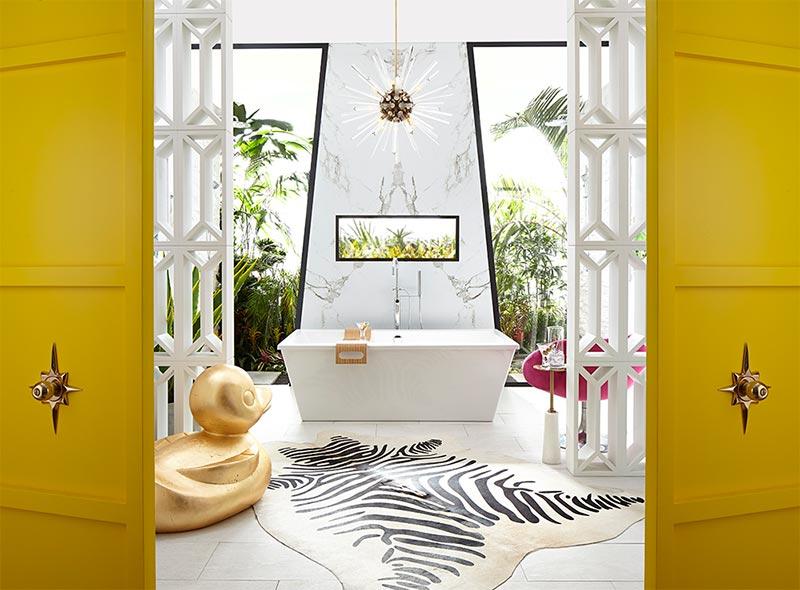 Reforma de baño spa en verde, amarillo y blanco.