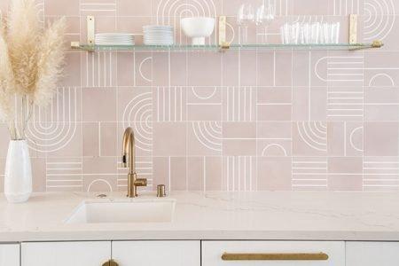 Reforma de una cocina en color rosa.