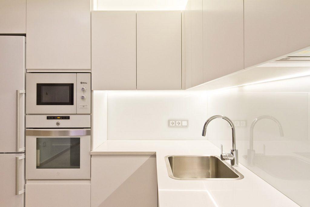 Vanessa Company Interiorista. Reforma de cocina funcional y práctica de concepto abierto.